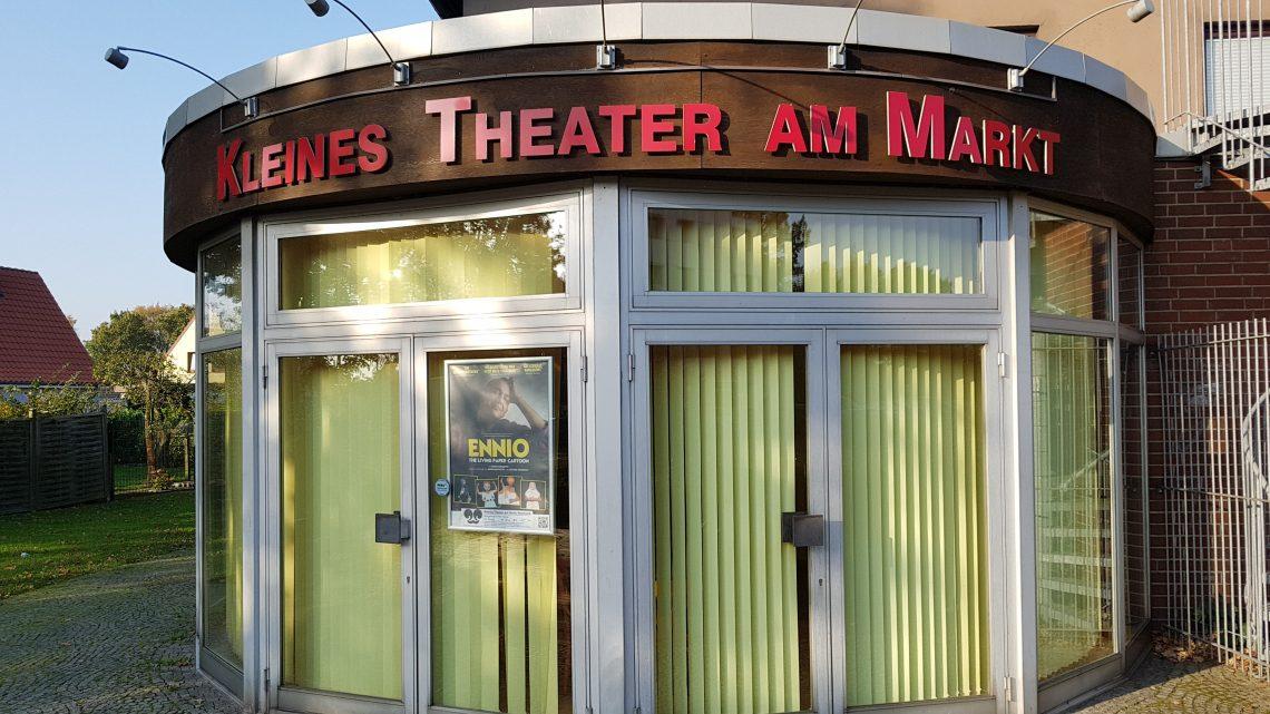 Theater und Sitzbänke